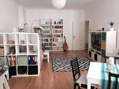Großräumiges helles Wohnzimmer. Regalsysteme sind gute Raumteiler, die zur optischen Trennung dienen. #Wohnzimmer #Raumteiler #optischeTrennung #Regalsystem