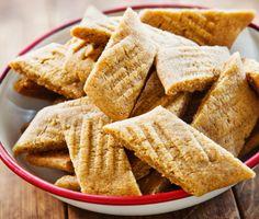 Goda kolakakor är gärna lite sega i bettet, och det blir kakorna med det här enkla receptet. Sirap, farin och vanilj ger småkakorna den rätta smaken av kola. En populär kaka som går snabbt att baka och gillas av både stora och små.