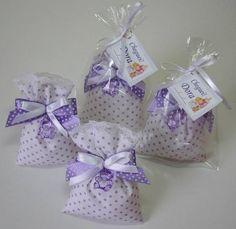 Apresentamos esse lindo sache perfumado pra gaveta.  Eles são confeccionados com tecido 100% algodão; * Consulte sobre opções de cores e estampas.  Os saches são decorados com rendinha, laços de fita e ursinho em acrílico;  - Aromas sugeridos: . mamãe e bebê (Natura); . neném (Johnson's Baby); . Giovanna Baby; . baby. * Consulte sobre outras opções de aromas.  - Acompanha embalagem: * Saquinho celofane + ficha para fechamento * Tag com mensagem personalizada, tamanho 3x4cm em papel vergê ...