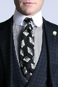 Ralph Lauren Purple Label. Un look de Dandy. Camisa a rayas con cuello blanco alto. Traje de tres piezas. Corbata en seda con fantasía.