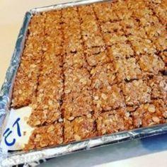Wat 'n heerlike resep en dit smaak! Kos, Baking Recipes, Cookie Recipes, Dessert Recipes, Desserts, Crunchie Recipes, Ma Baker, South African Recipes, Biscuit Recipe