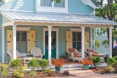 Trendy Ideas for house plans beach cottage exterior colors Cottage Exterior Colors, Beach Cottage Exterior, Exterior Color Schemes, Beach Cottage Style, Beach Cottage Decor, House Paint Exterior, Exterior Paint Colors, Coastal Cottage, Cottage Homes