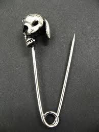 Skull Safety Pin because you always need some tough girl accessories Skull Fashion, Mens Fashion, Dark Fashion, Mode Bizarre, Jewelry Accessories, Jewelry Design, Bling, Accesorios Casual, Skull Jewelry