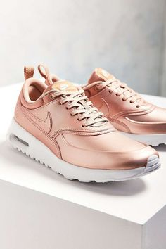 Gold Nike Shoes, Nike Gold, Gold Sneakers, Nike Free Shoes, Nike Shoes Outlet, Running Shoes Nike, Sneakers Nike, Tenis Rose Gold, Cute Shoes