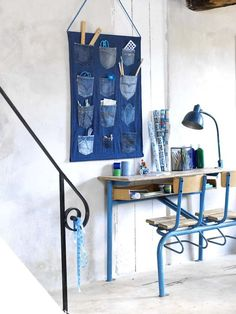 There are many ways to recycle old jeans into new fashion. Jeans are one of the favorite pieces of clothing for most peaple, especially among young people. All homes have at least one pair of jeans that are old, maybe … Read more. Jean Crafts, Denim Crafts, Wand Organizer, Pocket Organizer, Organizers, Hanging Organizer, Hanging Storage, Artisanats Denim, Denim Purse