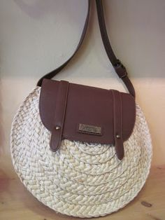 Love combination of leather an Crochet Handbags, Crochet Purses, Diy Bags Purses, Purses And Handbags, Ethno Style, Jute Bags, How To Make Shoes, Handmade Bags, Handbag Accessories