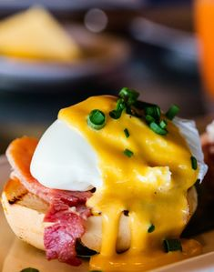 If you're looking for Mother's Day brunch ideas, our eggs benedict recipe makes for the best breakfast in bed. It's traditional, lavish and indulgent, making it the perfect choice for mum. Recipes Breakfast French Toast, Best Breakfast, Pavlova, Breakfast In America, Eggs Benedict Recipe, How To Make Eggs, Sauce Hollandaise, Vegetable Nutrition, Egg Dish