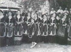 Γυναίκες του Μετσόβου με τις παραδοσιακές Μετσοβίτικες στολές Greek Traditional Dress, Greek History, Greece, Folk, Europe, Painting, Life, Projects, Art