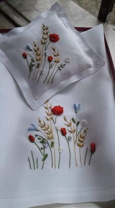 Hand Embroidery Patterns Free, Basic Embroidery Stitches, Hand Embroidery Videos, Embroidery Stitches Tutorial, Embroidery Flowers Pattern, Cushion Embroidery, Tambour Embroidery, Diy Embroidery, Bordados Tambour