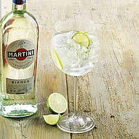 Martini Tonic Rezept - kochen Sie Martini Tonic und weitere leckere Rezepte bei |real.de Tonic Water, How To Make Martini, Martini Bianco, Nashi, Alcoholic Drinks, Food And Drink, Tableware, Cheers, Dips