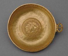 Schale mit Schnalle Frühes Mittelalter,  7. - 9. Jh. n. Chr. (1. Hälfte 8. Jh. n. Chr.?)  Gold, 22 Karat  Dm. 12 cm, Gew. 179 g