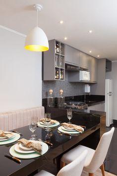 Ambientes integrados transformaram esse apartamento pequeno num espaço mais amplo e funcional. Mesa em laca preta ressalta uma decoração masculina e contemporânea. Vem ver o projeto completo!