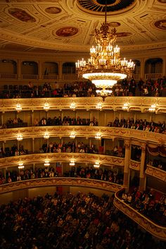 Anna and I got last minute tickets to the almost sold-out Opera. What a gorgeous building! Music Artwork, Art Music, Semperoper Dresden, Classical Interior Design, Opera Singers, Concert Hall, Beautiful Lights, Classical Music, Austria
