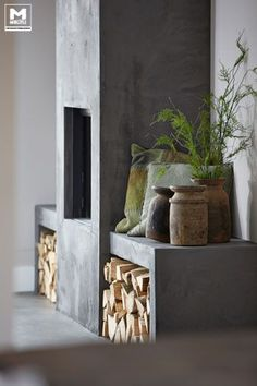 Onze gietvloer op basis van echt beton, stoere meubels, een lichte vergrijsde zandtint op de wanden, zwarte jalouzieen...een lekkere mix…