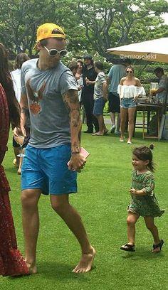 Why is Harry Styles cuteness magnified when he is running away from little children? Harry Styles Baby, Harry Styles Fotos, Harry Styles Mode, Harry Styles Pictures, Harry Edward Styles, Niall Horan, Zayn Malik, Foto One, Harry 1d