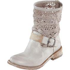 Romantische graue Stiefeletten von Felmini. Die flachen Schuhe im stylischen Vintage Look sind am Schaft mit einem süßen Häkeleinsatz versehen und passen toll zu hellen Jeans im Used Look!