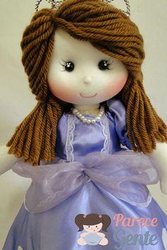 Boneca de pano Princesa Sofia <br> <br>==> Valores Individuais, por boneca. <br>Opções de tamanho: <br>Opções de tamanho: <br>30 cm = R$ 104,00 <br>40 cm = R$ 132,00 <br>50 cm = R$ 155,00 <br>60 cm = R$ 176,00 <br>-> Para comprar um boneco do tamanho diferente do anunciado, basta informar nas observações e o valor é alterado antes do pagamento. Processo feito manualmente, aguarde retorno. <br> <br>*** O tempo de entrega deve ser negociado antes do pagamento. <br> <br>- Os bonecos não ficam…