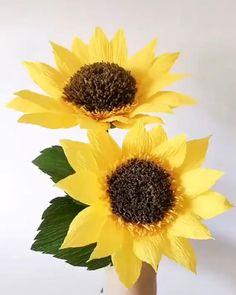 Paper Sunflowers, Paper Flowers Craft, Crepe Paper Flowers, Paper Crafts Origami, Diy Flowers, Sunflower Crafts, Sunflower Party, How To Make Sunflower, Paper Flower Tutorial