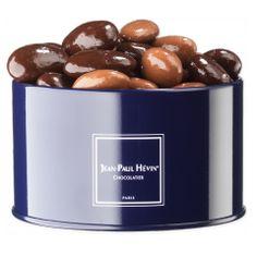 Brillant mélange d'amandes fruitées enrobées de chocolat noir ou lait.