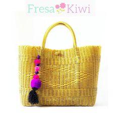 Dormingo y Fresa Kiwi lo sabe mira esta Preciosa bolsa color dorads tamaño grande ideal para completar tu outfit de finde