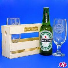 Lembrancinha para Padrinhos - Kit engradado de cerveja com 2 taças de chope e uma cerveja longneck personalizados. www.rosapittanga.com.br #cerveja #cervejapersonalizada #kitcerveja