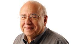 """Luiz Fernando Verissimo: 'a ideia é que a literatura ilumine o mundo' Com 70 livros publicados e mais dois lançamentos, escritor acaba de completar 80 anos. Para ele, escrever é tentativa de iluminar """"nem que seja o nosso pequeno mundo"""""""