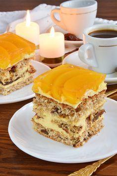 Ciasto, które skradło nie jedno podniebienie. Idealne połączenie składników. Znajdziemy w nim orzechy, kawową nutę, aromat kokosa, orzeźwiającą galaretkę z brzoskwinią i niewielką ilość czekolady. Polish Desserts, Polish Recipes, No Bake Desserts, Sweets Cake, Cupcake Cakes, Polish Cake Recipe, Torte Cake, Pudding Cake, Cake Cookies