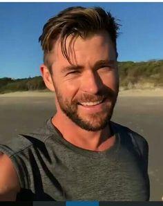 Chris Hemsworth Thor, Hc Hair, Hemsworth Brothers, Australian Actors, My Hairstyle, Beard Styles, Eye Candy, Short Hair Styles, Men's Hairstyles