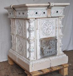 Faience Stove in polychrome and gilt faience, circa in the style of those made in sarreguemines. Old Stove, Antique Stove, Stove Fireplace, Wood Burner, Foyers, Keep Warm, Fireplaces, Sweet Home, Lily