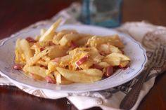 Revuelto de patatas, salchichas y chorizo | Comer con poco