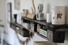 WOHN:PROJEKT: DIY/Inspiration: Das 100. Posting oder: Unser neues Upcycling-Paletten-Regal, eine Wimpelkette aus Leder und ein gerahmtes Ges... Diy Inspiration, Wooden Ceilings, Pallet Shelves, Crafty Craft, My Living Room, Wood Design, Wood Pallets, Sweet Home, Diy Crafts
