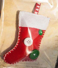 Les bloblos de Noël, décoration en feutrine pour votre sapin - La botte de Noël - decoration murale - 1908design - Fait Maison Christmas Stockings, Decoration, Holiday Decor, Home Decor, Home Made, Felt Fabric, Wall Art, Boots, Dekoration