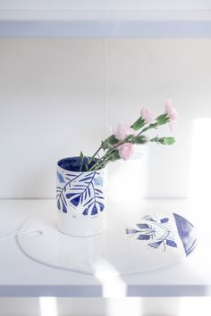small porcelain vase + porcelain board The Awesome Project 2015 by Mădălina Andronic Porcelain Ceramics, Ceramic Pottery, Pottery Art, Ceramic Art, Painted Porcelain, Pottery Painting Designs, Ceramic Workshop, Boutique Decor, Terracota