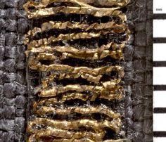 Guldtråd i brokade. Bemærk at guldet faktisk er viklet om en tråd.