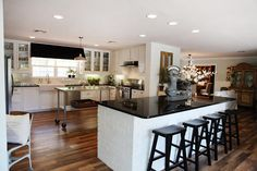 Fixer Upper As a Realtor, we know that this improvements capture people's eyes when buying a home. all the hard work you go through is worth the time. check this reno of a fixer upper. By The Magnolia Mom - Joanna Gaines Magnolia Mom, Magnolia Fixer Upper, Magnolia Farms, Magnolia Kitchen, Magnolia Market, Joanna Gaines, Fixer Upper Kitchen, Cool Kitchens, Galley Kitchens