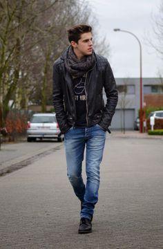 2015-01-13のファッションスナップ。着用アイテム・キーワードはダブルライダースジャケット, デニム, ブーツ, マフラー・ストール, ライダースジャケット, Tシャツ,etc. 理想の着こなし・コーディネートがきっとここに。| No:83376