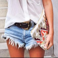 Image about girl in Outfits by EM on We Heart It Looks Chic, Looks Style, Style Me, Look Camisa Jeans, Hotpants Jeans, Denim Shorts, Fringe Shorts, Ripped Shorts, Belted Shorts
