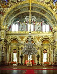 Incredible room of the Dolmabahçe Palace in Istanbul, Turkey. This room's grandeur and the enormity of the chandelier takes our breath away each time! Monuments, Empire Ottoman, Palace Interior, Kusadasi, Pamukkale, Turkey Travel, Old Buildings, Hagia Sophia, Art And Architecture
