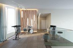 Шикарный коттедж в современном стиле. Каждая комната имеет свою изюминку, и яркий и запоминающийся акцент. На втором этаже, чтобы площадь около лестницы не терялась, мы разместили там музыкальные инструменты. На этаже просторная спальня, ванная с окном. Все комнаты очень большие, с высокими потолками, так и веет свободой!