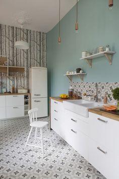 Étagères ouvertes blanches à différentes hauteurs dans une cuisine look vintage http://www.homelisty.com/etageres-ouvertes-cuisine/
