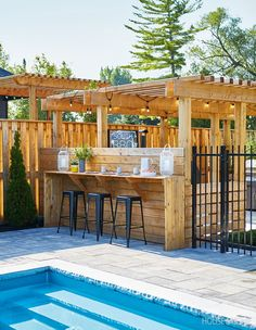 The resort-style cottage backyard offers something for everyone: a huge pool, table tennis for the kids, a barbecue hut and spots to lounge with a book. Wooden Garden Furniture, Backyard Furniture, Furniture Ideas, Backyard Bar, Patio Bar, Deck Bar, Patio Roof, Pool Table, Pool Side Bar