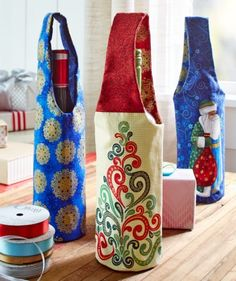 Wine Bottle Gift Bags to Sew Holiday Wine Bottle Gift Bags - Free Sewing Pattern. A fantastic handmade gift idea for wine loversHoliday Wine Bottle Gift Bags - Free Sewing Pattern. A fantastic handmade gift idea for wine lovers Sewing Hacks, Sewing Tutorials, Sewing Crafts, Sewing Tips, Sewing Ideas, Bag Tutorials, Sewing Basics, Wine Bottle Gift, Bottle Bag