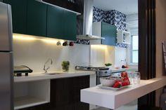 Para adicionar um toque rústico na cozinha, foi criado um painel de ladrilho hidráulico nos tons de azul, branco e cinza. As peças ainda foram a solução para trazer equilíbrio, modernidade e sofisticação.