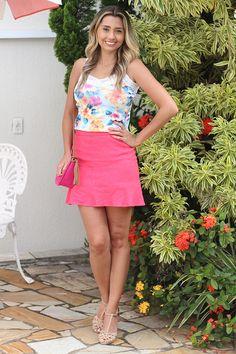 Look com regata estampada com flores e saia rosa!! Perfeito para um dia de primavera.