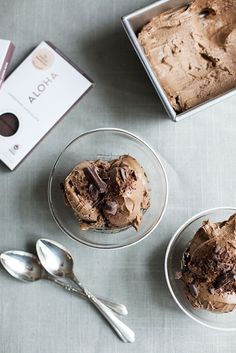 You would never guess that this creamy, rich chocolate ice cream by @choosingraw is vegan, raw, and easy to make.