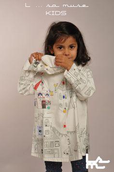 """Création unique et ludique pour ce tablier d'écolier. Tissu à colorier """"motif maison"""" en 100% coton. Trousse d'écolier assortie offerte avec les 5 feutres textiles. Votre enfant peut s'amuser à colorier son tablier à volonté ( lavage 40° ). Pour fixer sa création unique utiliser un fer à repasser ( lavage 40° ). Boutons fantaisie en forme de crayons. Pressions métal pour le côté pratique."""