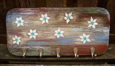 Faça você mesmo: um cabideiro de madeira envelhecido. Clique na imagem e confira cada passo da técnica que utiliza apenas alguns pedaços de MDF, tinta e ferramentas básicas.