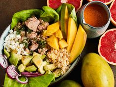Ruokaisa kulhosalaatti maistuu koko perheelle ja on helppo tehdä vaikka mukaan. Makeat mangopalat ja raikas verigreippivinegretti piristävät tonnikalasalaatin.
