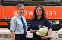 Johanna Zachgo und Cornelia Wagner (von links) sind zwei der fünf Frauen im Einsatzdienst bei der Düsseldorfer Feuerwehr.