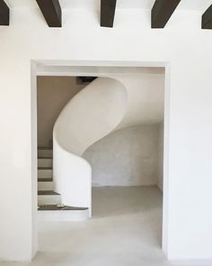 // the art of the perfect curving staircase - minimally executed by for their Na Freda project - the mix of texture and form brings my eyes ease, i can only imagine how relaxing it must be to inhabit this space //⠀ . Concrete Staircase, Staircase Railings, Staircase Design, Stairways, Curved Staircase, Spiral Staircases, White Staircase, Staircase Ideas, Modern Interior